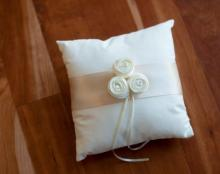 Cotton ring pillow for flower girl