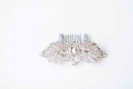 A bride wearing a silver bridal hair comb in a 1920s deco style in her hair.