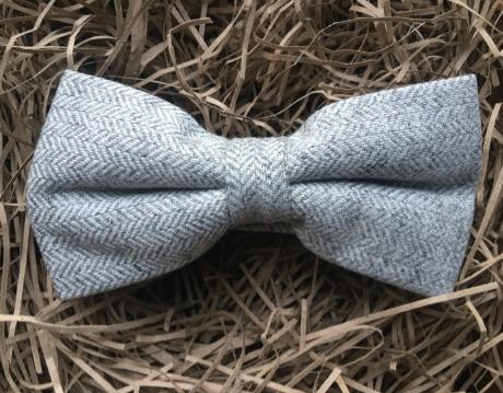 Light grey herringbone pre-tied wool bow tie. Bow ties for men in wool, groomsmen gifts