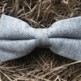 Light grey herringbone pre-tied wool bow tie. Bow ties for men in wool, groomsmen gifts